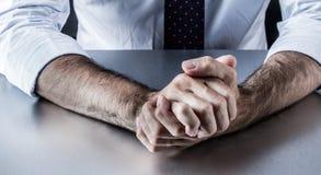 El centro envejeció las manos del hombre de negocios que mostraban cólera, la tensión o la agresividad imagen de archivo