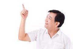 El centro envejeció al hombre asiático que señalaba hasta espacio en blanco Imagenes de archivo