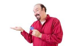 El centro envejeció al hombre con la tarjeta de crédito y volvió hacia arriba la mano Fotos de archivo libres de regalías