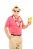 El centro feliz envejeció al hombre en vacaciones que sostenían un cóctel Fotos de archivo libres de regalías
