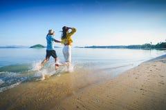 El centro feliz envejeció los pares que corrían en una playa fotografía de archivo libre de regalías