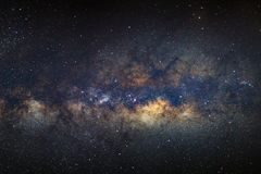 El centro galáctico de la vía láctea con las estrellas y el espacio sacan el polvo de i imagenes de archivo