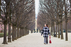 El centro hermoso envejeció a la mujer que caminaba en parque parisiense Imágenes de archivo libres de regalías