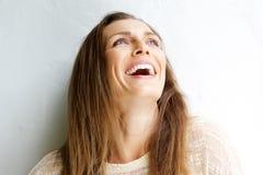 El centro hermoso envejeció a la mujer que reía contra el fondo blanco Imágenes de archivo libres de regalías