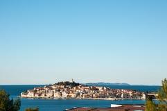 El centro histórico de la ciudad de Primosten cerca del mar adriático fotos de archivo