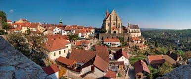El centro histórico de la ciudad de Znojmo - tiro panorámico Imagen de archivo