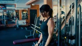 El centro moreno deportivo hermoso envejeció la barra blifting del barbell de la mujer en gimnasio 4 K almacen de metraje de vídeo
