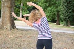 El centro sano envejeció a la mujer que hacía la aptitud que estiraba al aire libre Foto de archivo libre de regalías