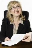 El centro sonriente envejeció a la empresaria, con el documento en sus manos. Fotos de archivo libres de regalías
