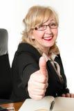 El centro sonriente envejeció a la empresaria, con su finger para arriba Imágenes de archivo libres de regalías