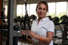 El centro sonriente feliz envejeció a la mujer que se resolvía en gimnasio Foto de archivo libre de regalías
