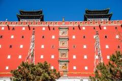 El centro turístico de montaña de Chengde en la provincia de Hebei Putuo por el templo del rojo y la capa se elevan Foto de archivo