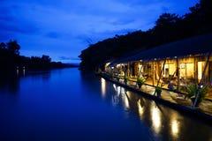 El centro turístico delante del río imagen de archivo libre de regalías