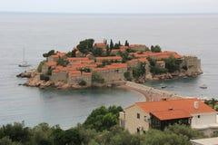 El centro turístico isleño de Sveti Stefan en Montenegro Fotos de archivo libres de regalías
