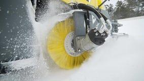 El cepillo amarillo del camión del retiro de nieve y de hielo es giratorio y de eliminación de la nieve del camino, maquinaria de almacen de video