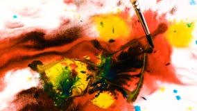 El cepillo de la abstracción de Psychoelic pinta los modelos en acuarela en el papel mojado, puntos brillantes de pinturas multic almacen de video