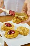 El cepillo del cocinero lubrica recetas de cocinar completas de la comida de la serie del pastel de queso Imágenes de archivo libres de regalías