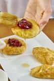 El cepillo del cocinero lubrica recetas de cocinar completas de la comida de la serie del pastel de queso Foto de archivo libre de regalías