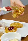 El cepillo del cocinero lubrica recetas de cocinar completas de la comida de la serie del pastel de queso Fotografía de archivo libre de regalías