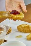 El cepillo del cocinero lubrica recetas de cocinar completas de la comida de la serie del pastel de queso Fotografía de archivo