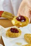 El cepillo del cocinero lubrica recetas de cocinar completas de la comida de la serie del pastel de queso Fotos de archivo libres de regalías