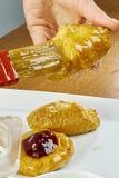 El cepillo del cocinero lubrica recetas de cocinar completas de la comida de la serie del pastel de queso Imagenes de archivo
