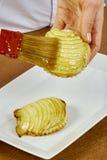 El cepillo del cocinero lubrica recetas de cocinar completas de la comida de la serie del pastel de queso Imagen de archivo libre de regalías