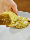 El cepillo del cocinero lubrica recetas de cocinar completas de la comida de la serie del pastel de queso Fotos de archivo