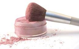 El cepillo del maquillaje adentro se ruboriza polvo Imagenes de archivo