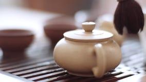 El cepillo del té gira suavemente alrededor de la caldera, primer metrajes