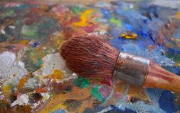 El cepillo en viejos pintores artísticos texturizó la plataforma de madera foto de archivo