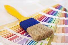 El cepillo encima de la tarjeta del color proyecta para el adornamiento de la pintura Fotos de archivo