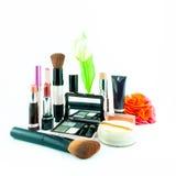 El cepillo y los cosméticos del maquillaje fijaron en un fondo blanco fotografía de archivo