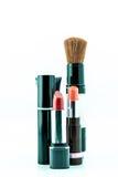 El cepillo y los cosméticos del maquillaje fijaron en un fondo blanco imagen de archivo libre de regalías