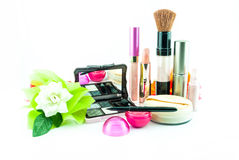 El cepillo y los cosméticos del maquillaje fijaron en un fondo blanco fotos de archivo