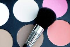 El cepillo y los cosméticos del maquillaje se ruborizan Imágenes de archivo libres de regalías