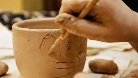 El ceramista es cuenco del pote o del florero de arcilla de modelado Fotografía de archivo
