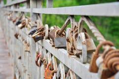 El cercar con barandilla en un pequeño puente fotos de archivo