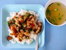 El cerdo curruscante con albahaca encendió el arroz y la sopa Imágenes de archivo libres de regalías