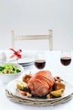 El cerdo de carne asada con la manzana en una tabla fijó para la celebración Fotografía de archivo libre de regalías