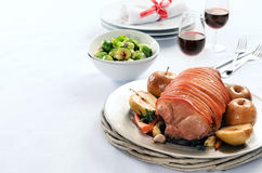 El cerdo de carne asada con la manzana en una tabla fijó para la celebración Imagen de archivo libre de regalías
