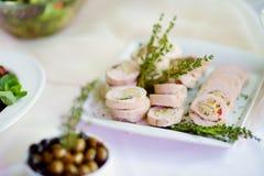 El cerdo delicioso rueda con las verduras servidas en un partido o una recepción nupcial Fotografía de archivo libre de regalías