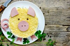 El cerdo formó la ensalada acodada deliciosa con la carne, las verduras y el queso de cerdo