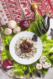 El cerdo junta las piezas con un adorno del arroz moreno Fotos de archivo