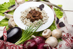 El cerdo junta las piezas con un adorno del arroz moreno Foto de archivo libre de regalías