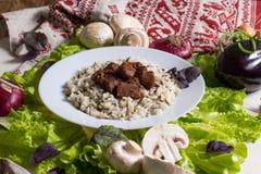 El cerdo junta las piezas con un adorno del arroz moreno Fotos de archivo libres de regalías