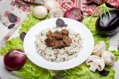 El cerdo junta las piezas con un adorno del arroz moreno Fotografía de archivo libre de regalías