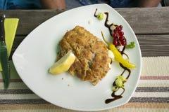 El cerdo o el talud de la chuleta frió el filete del cerdo con la salsa y la verdura Imagen de archivo libre de regalías