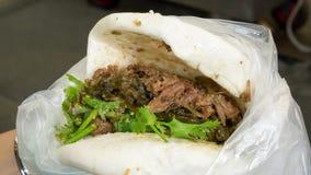 El cerdo taiwanés coció el bollo del bocadillo al vapor (bao del gua) en el mercado callejero de la comida fotografía de archivo libre de regalías