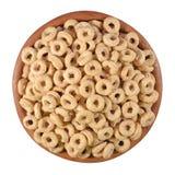 El cereal de desayuno suena en un cuenco de madera en un blanco Fotografía de archivo
